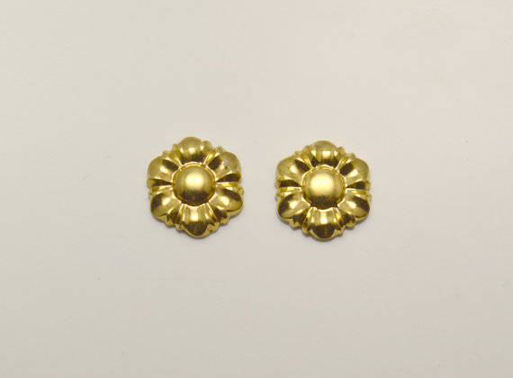 9 mm Daisy Flower Magnetic Clip or Pierced Earrings in Gold or Silver