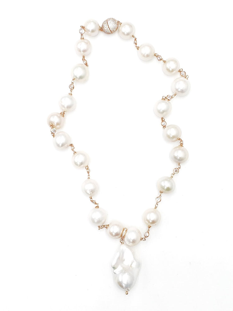 Pearl Necklace w/ Hanging Baroque Pearl