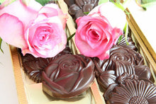 Load image into Gallery viewer, English flowers cast in dark Ecuadorian chocolate (FANDT)