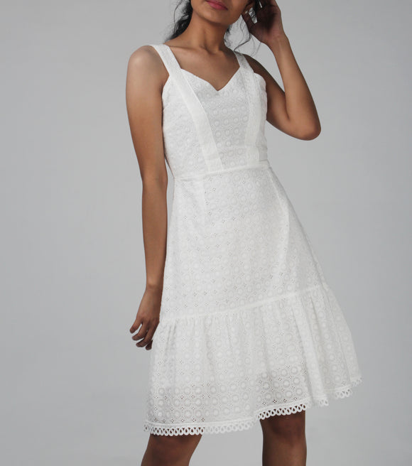Grace Sweetheart Neck Lace Shift Dress