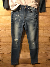 Load image into Gallery viewer, Midrise light wash distressed jeans