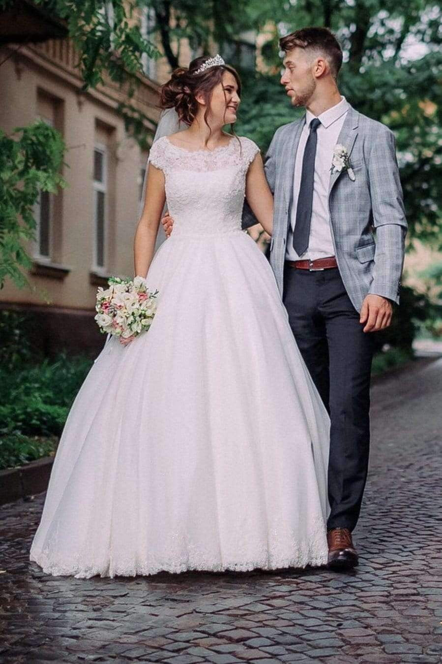 Round Neck Cap Sleeves Appliques Lace Ball Gowns Wedding Dresses W573