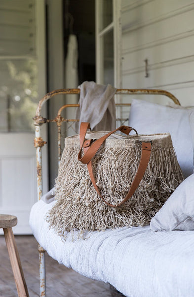 Boho shopper jute fringes and leather handles in sofa
