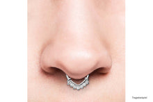Laden Sie das Bild in den Galerie-Viewer, Großer Anker Spitz Clicker Ring 7 Kristalle piercinginspiration®