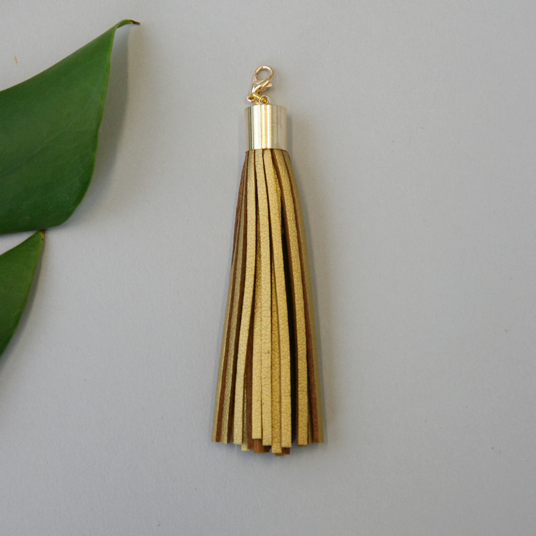 Leather tassel / gold