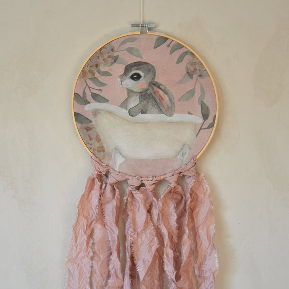 Wall hoop; Bath tub bunny - pink - Dessin Design