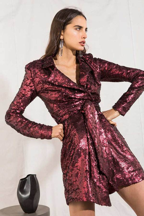 Model wears Agostina blazer sequin dress with tie waist in colour wine