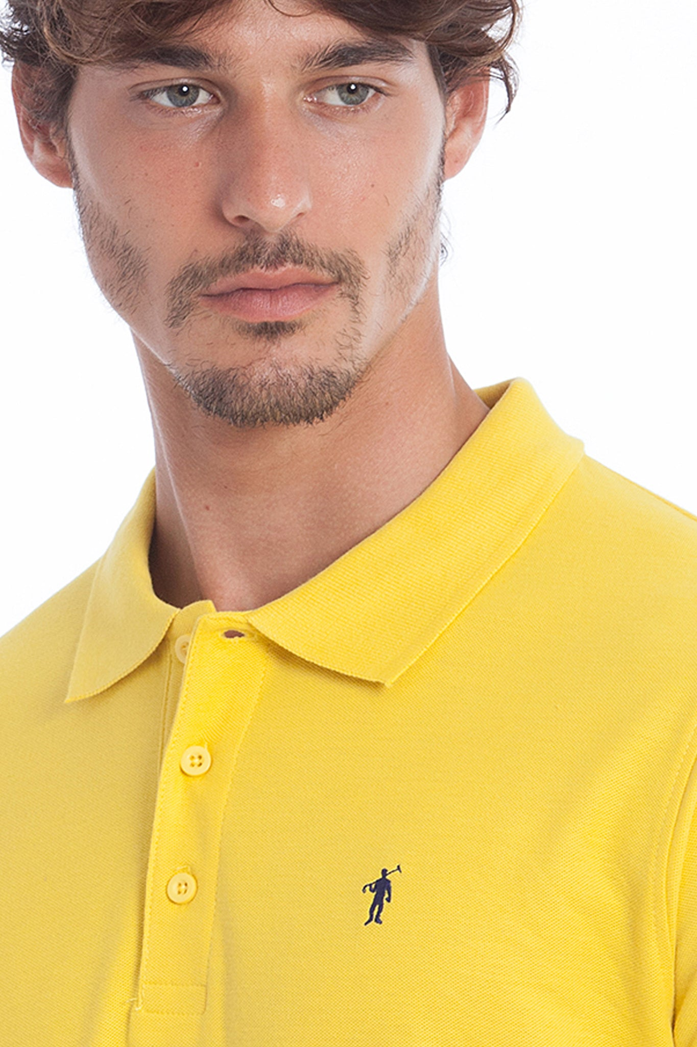Polo amarillo con logo bordado