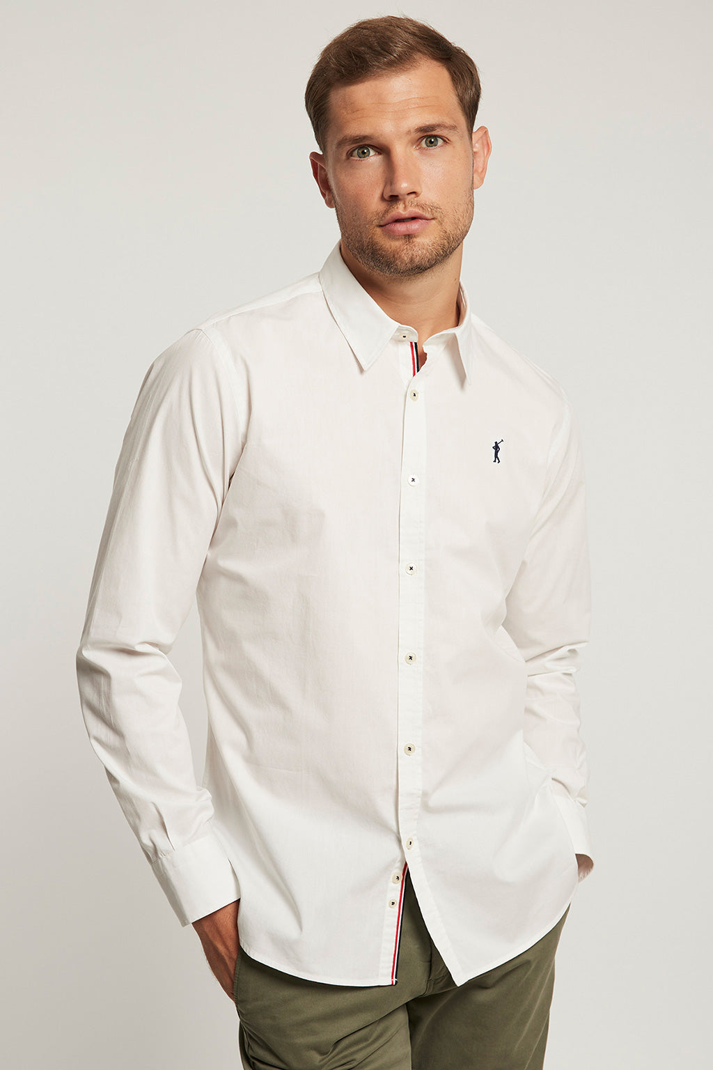 Camisa slim fit blanca con logo bordado