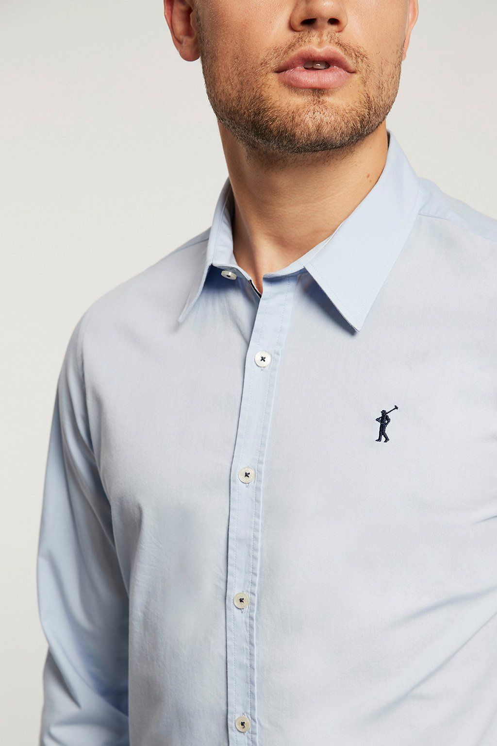Camisa slim fit celeste con logo bordado