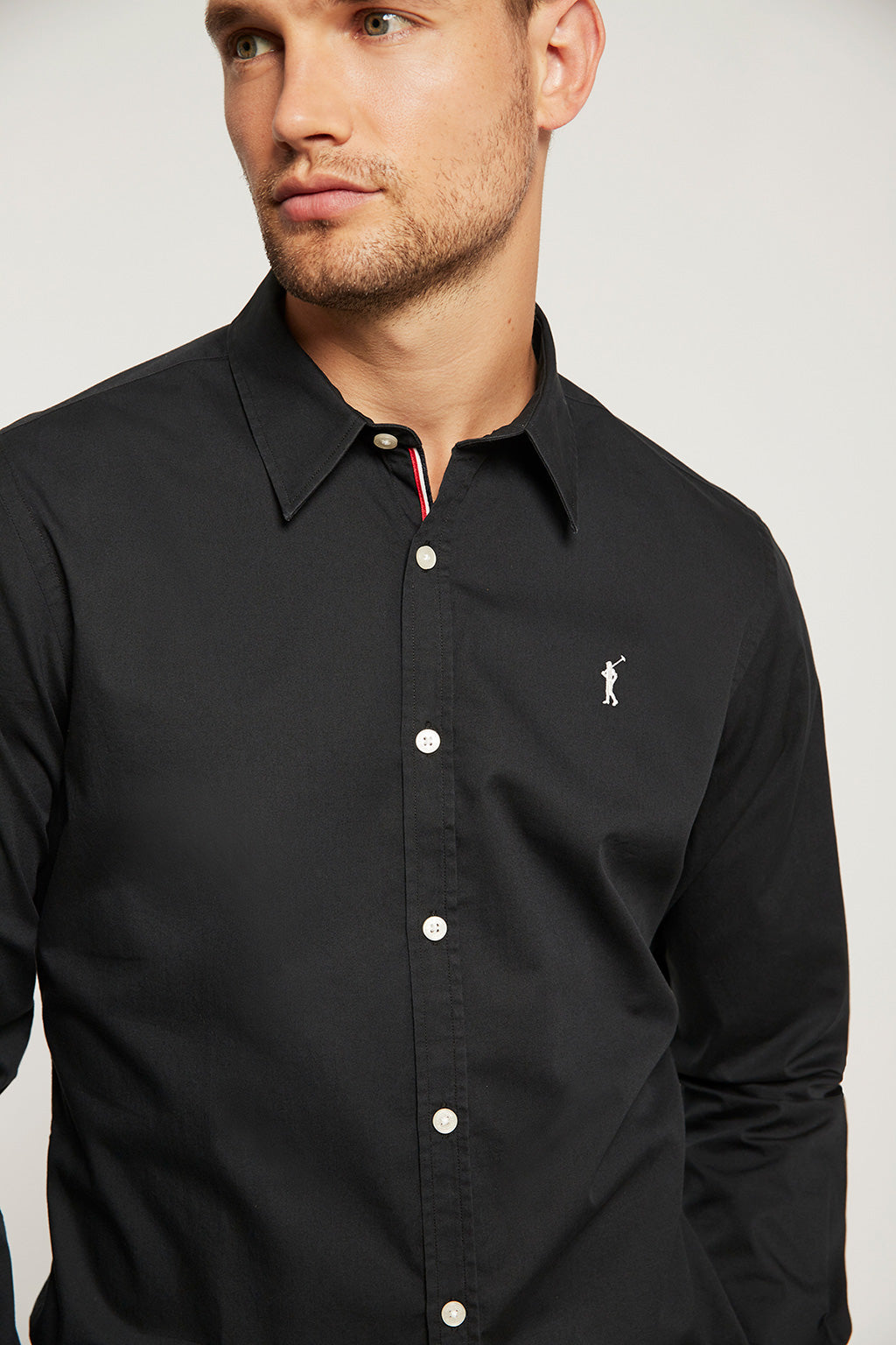 Camisa slim fit negra con logo bordado