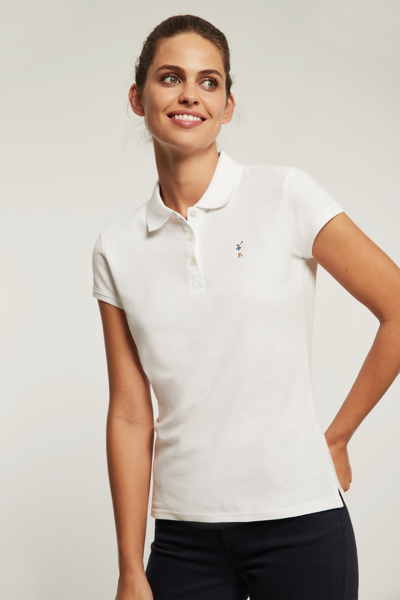 Polo blanco con logo bordado a color
