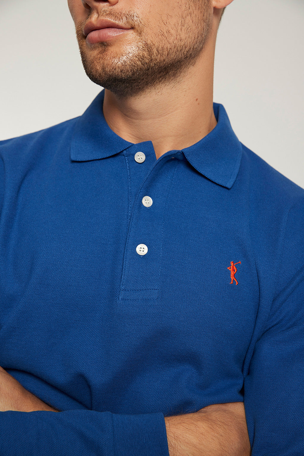 Polo manga larga azul royal con logo bordado a contraste