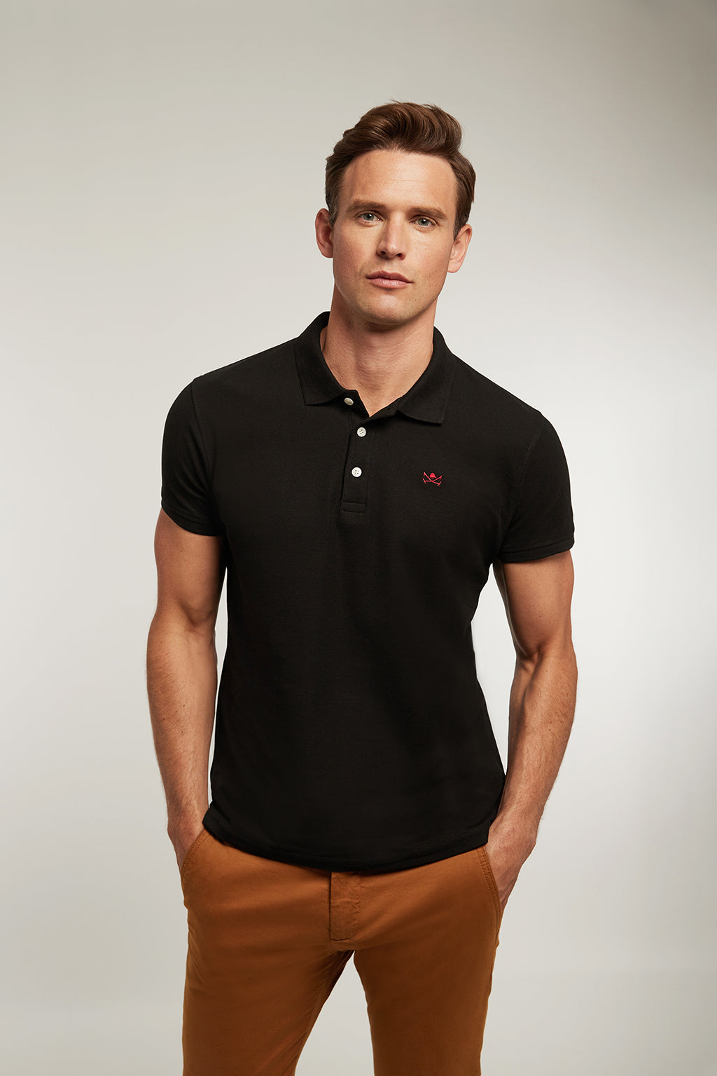 Polo custom fit negro con logo