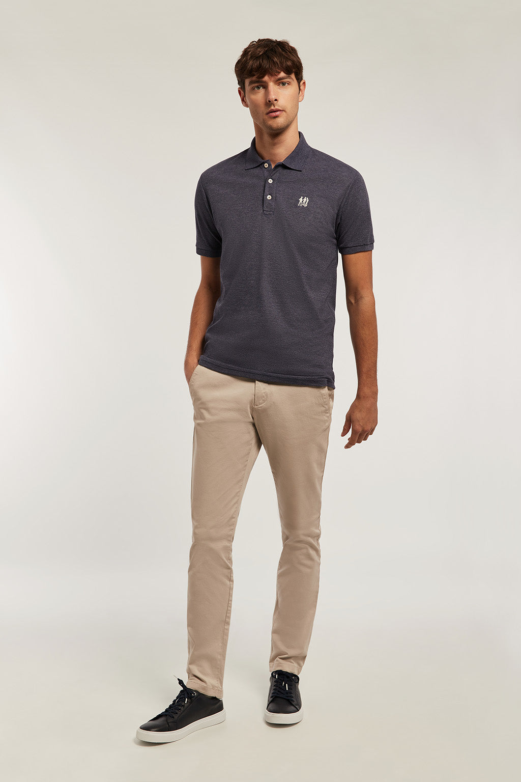 Poloshirt marineblau mit Stickerei in beige
