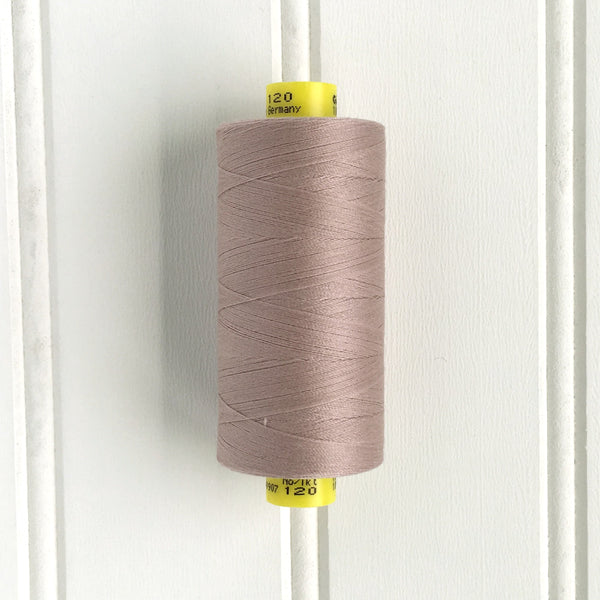 spool of gutermann mara 120 sewing thread in mauve chalk