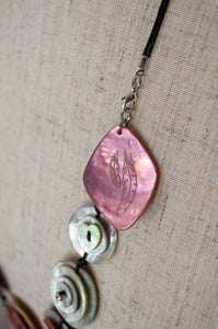 Aurel Création Attrap-rêve long shell button nacre mother of pearl necklace, hand made and engraved in France, in pink and white (detail).