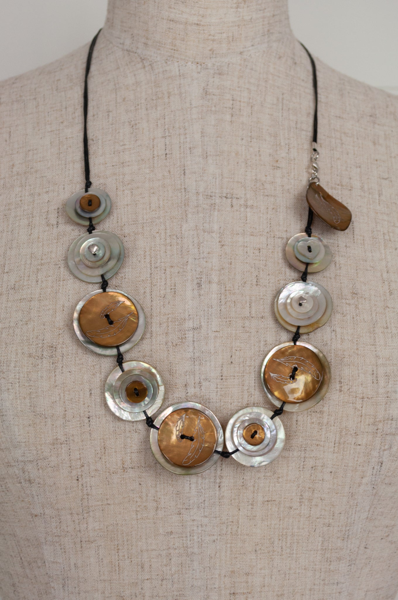 Aurel Création Attrap-rêve long shell button nacre mother of pearl necklace, hand made and engraved in France, in natural beige and white.