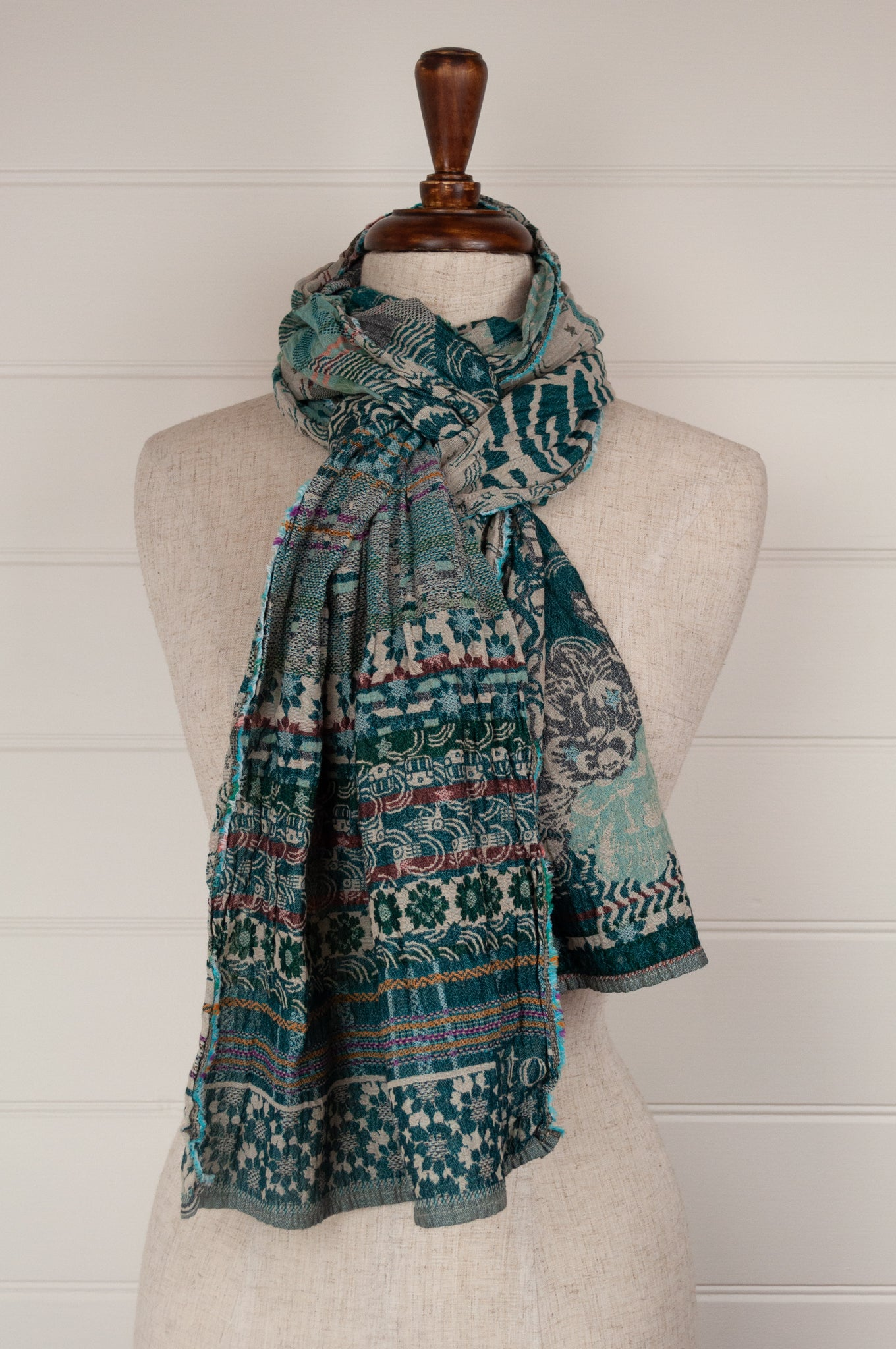 Létol organic cotton jacquard scarf, made in France. Morphée design in turquoise and green, highlights in aqua and burgundy.