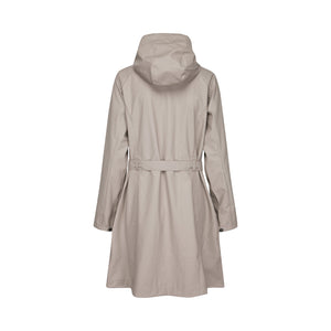 Ilse Jacobsen Rain70 Rain 70 rain coat, trench style with belt, patch pockets and functional hood. Atmosphere - deep beige (rear view).