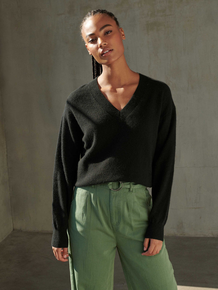 products/18986_LONG-SLEEVE-V-NECK_BLACK_1.jpg