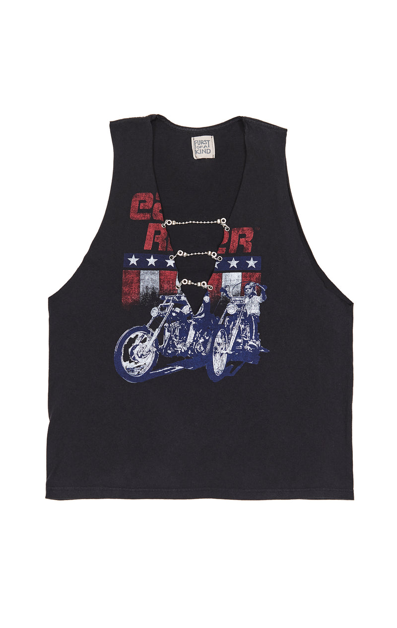 SLEEVELESS TEE WITH CHAIN LADDER FRONT CLOSE UP
