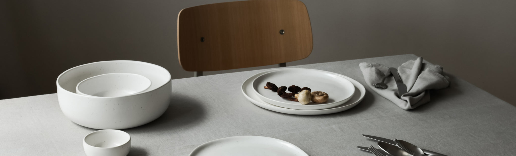 Table setting with linen and ceramics