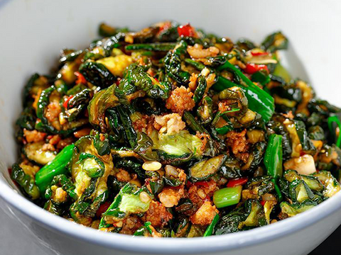 (中辣)腊肉黄瓜皮 Stir-Fried Chinese Bacon With Cucumber Skin