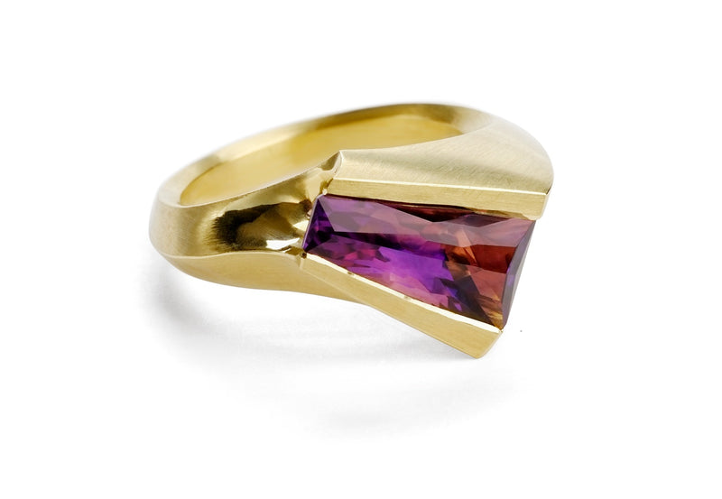 18ct yellow gold carved ring set with amethyst