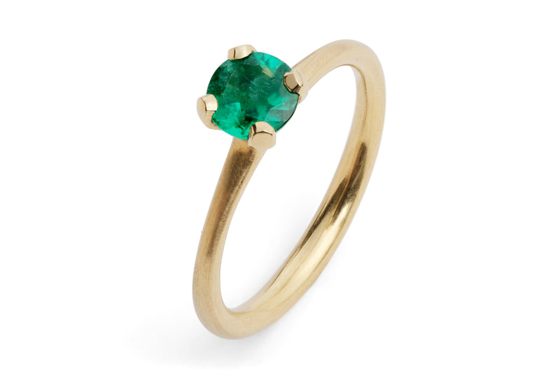 Sculpted yellow gold 4 claw emerald ring