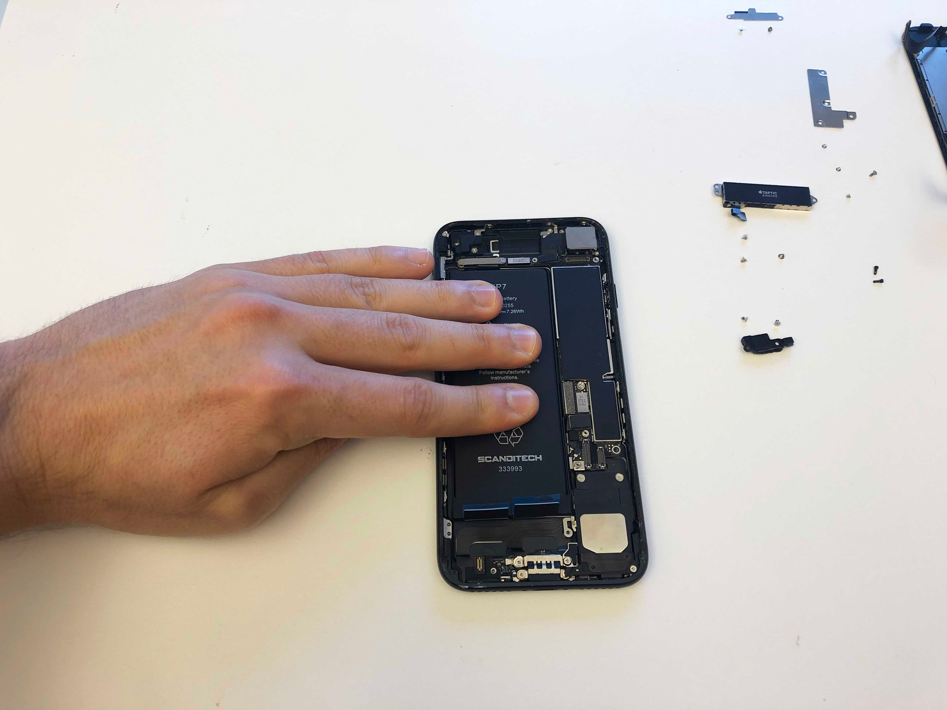 iPhone 7/7 Plus Battery Replacement - Installing the battery - 2