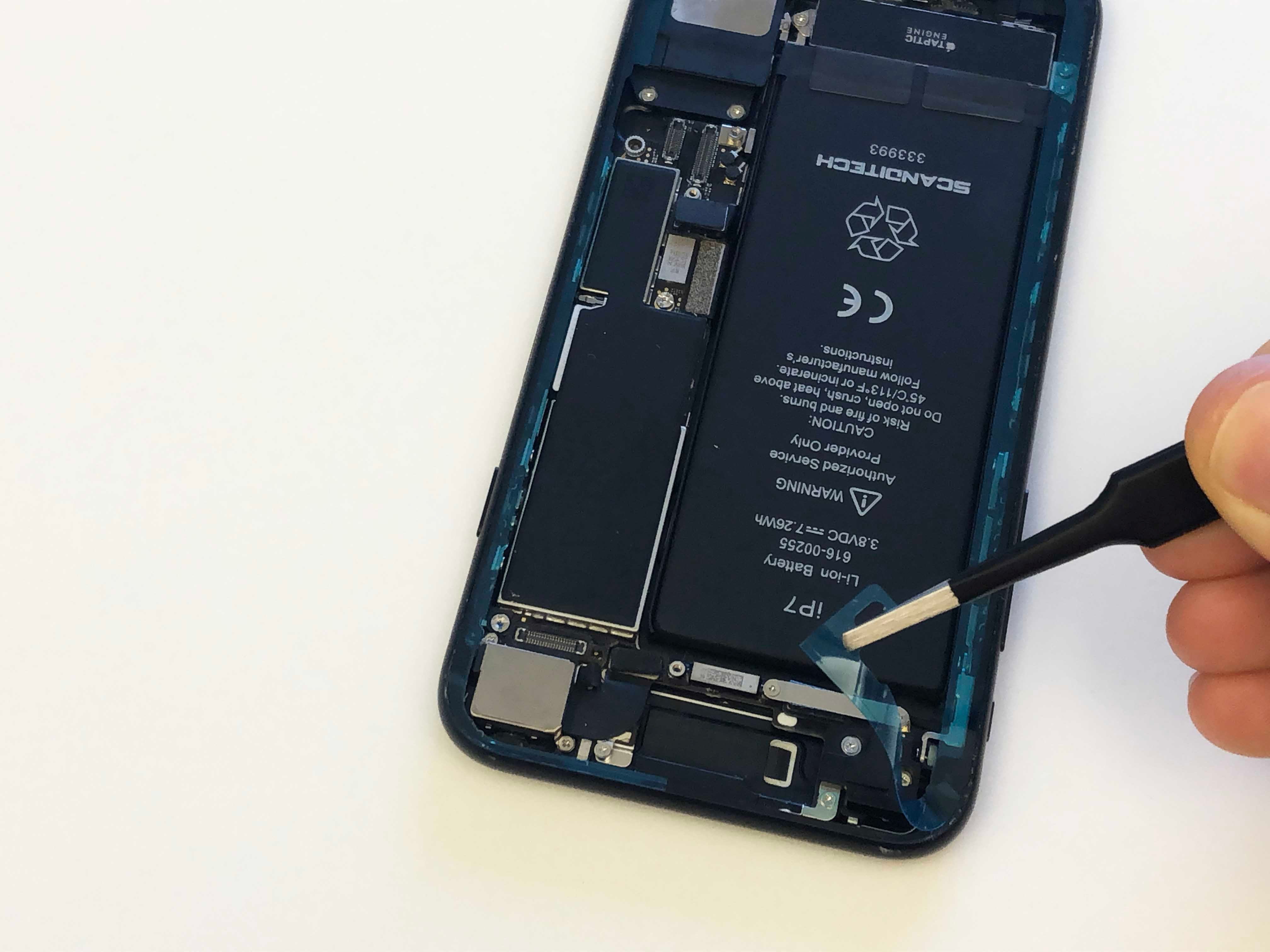 iPhone 7/7 Plus Battery Replacement - Installing the screen adhesive - 9