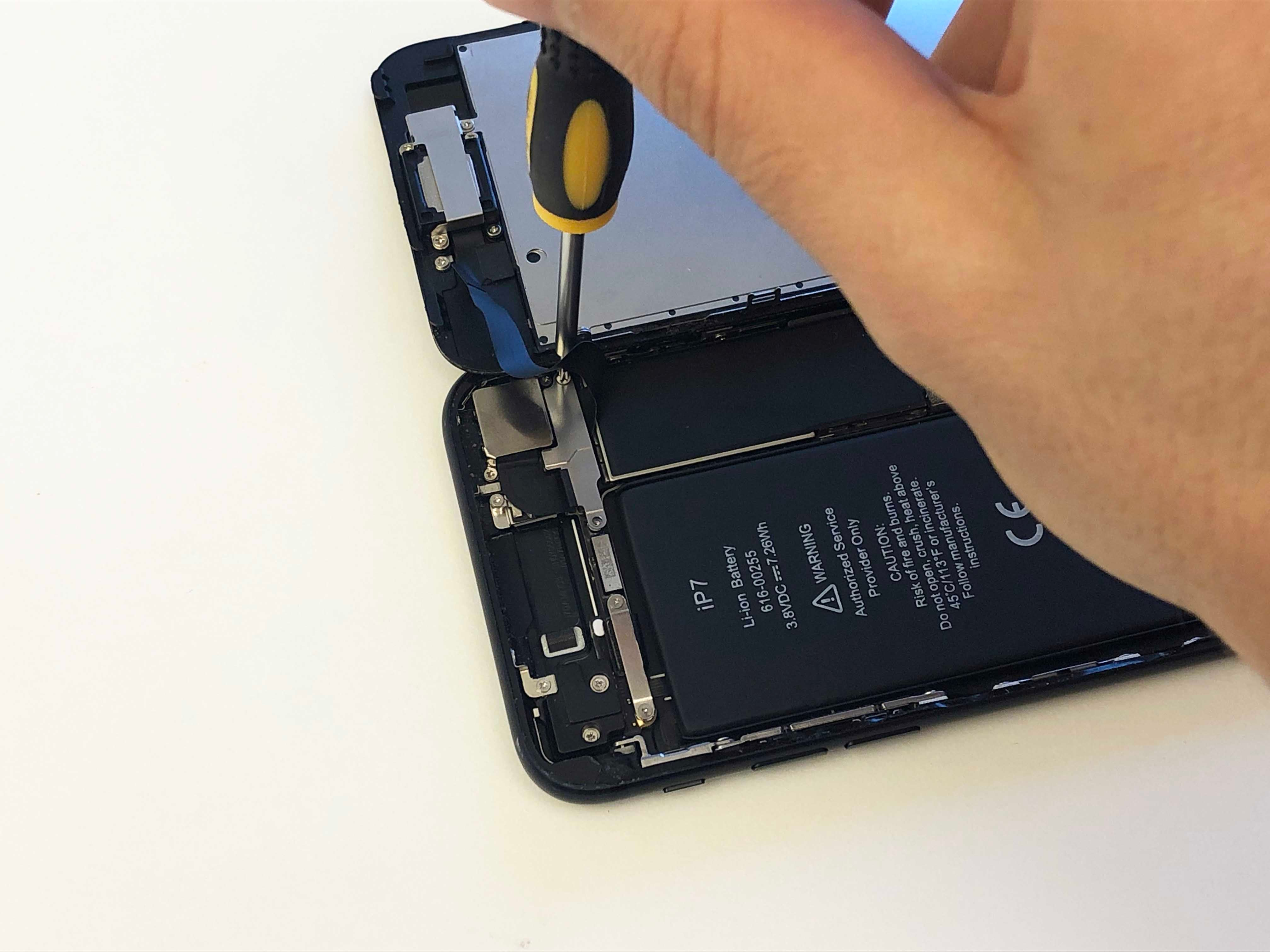 iPhone 7/7 Plus Battery Replacement - Reinstalling the phone screen - 7