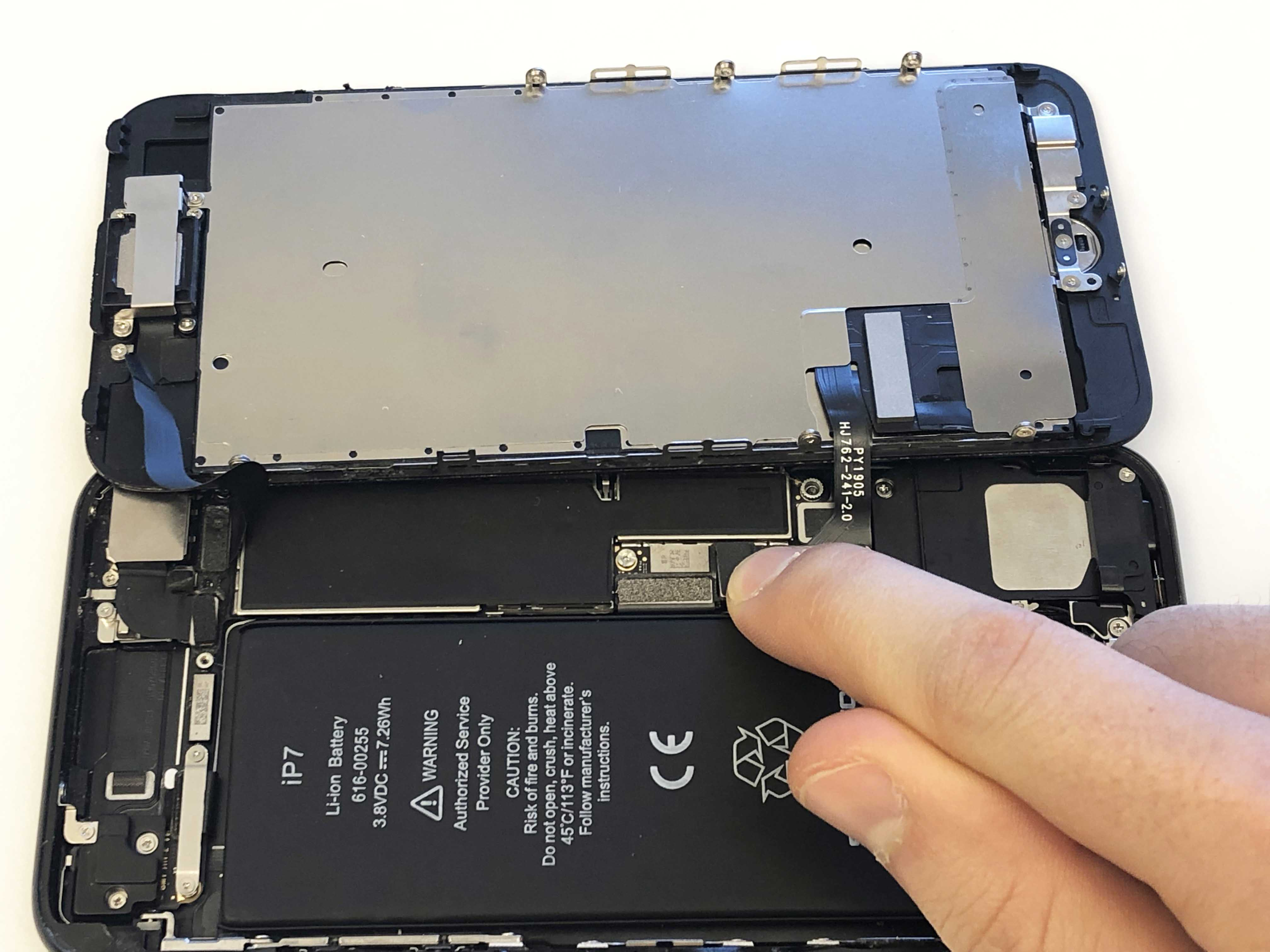 iPhone 7/7 Plus Battery Replacement - Reinstalling the phone screen - 5
