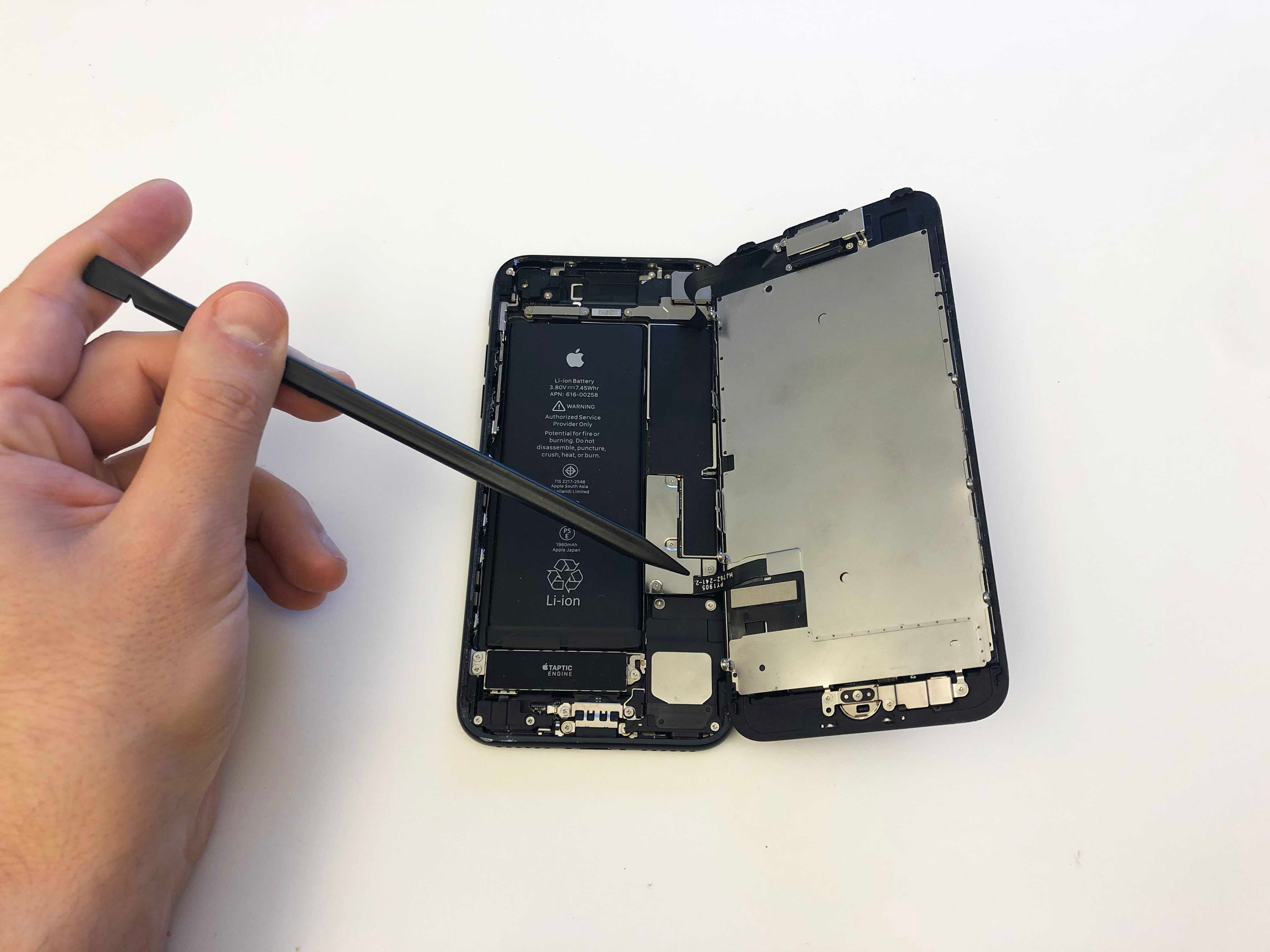 iPhone 7/7 Plus Battery Replacement - Opening the phone screen 3 - 4