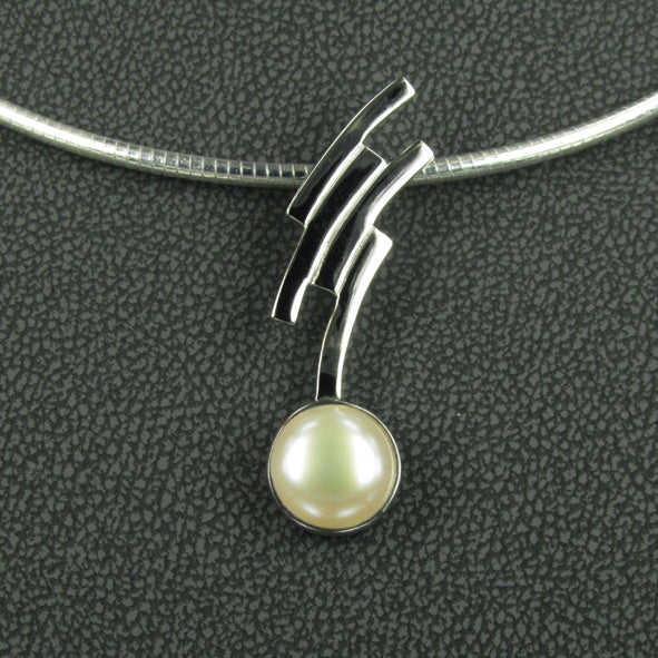 STERLING SILVER AND PEARL PENDANT