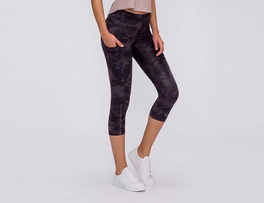 Cropped Leggings - Black Camo