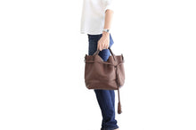 Load image into Gallery viewer, Bucket bag, shoulder bag made of italian leather, vegetable tanned and oiled. Agata bucket bag