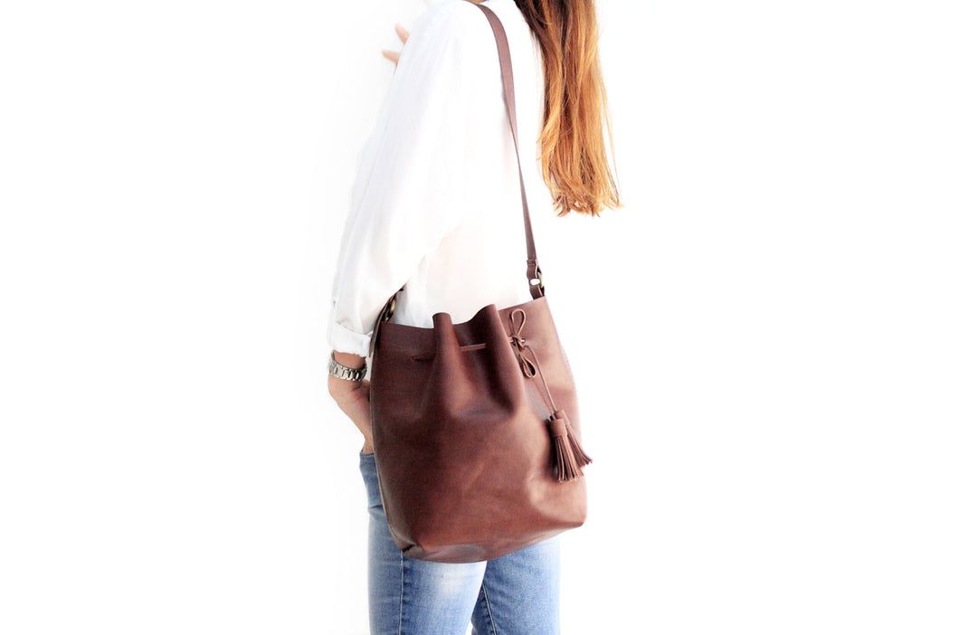 Bucket bag, shoulder bag made of italian leather, vegetable tanned and oiled. Chiara leather bucket bag
