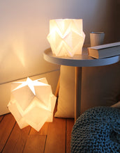 Load image into Gallery viewer, Lampe de table Origami en Papier - taille M