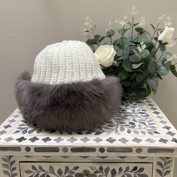 KNITTED FAUX FUR TRIM HAT WITH FLEECE LINING IN GREY & WHITE