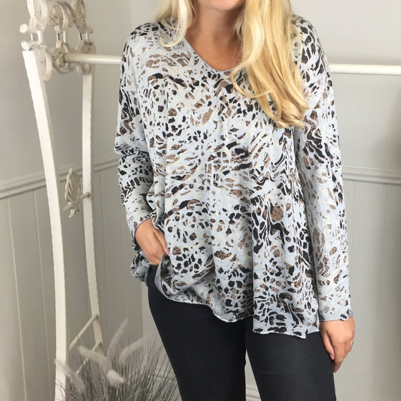 ABSTRACT ANIMAL PRINT FINE KNITTED TOP IN GREY