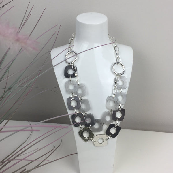 SHORT DOUBLE LAYER RESIN NECKLACE IN SILVER