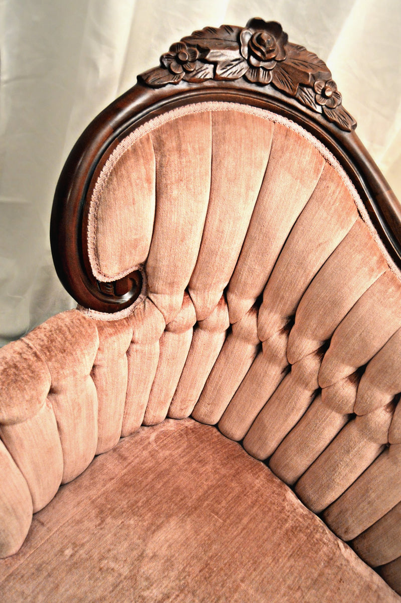 Details on pink velvet settee with tufts