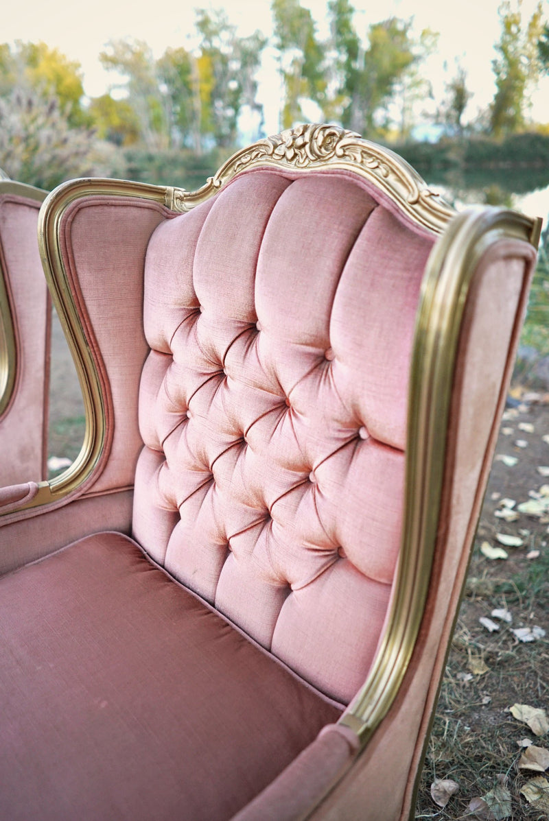 Tuft details on pink velvet chair