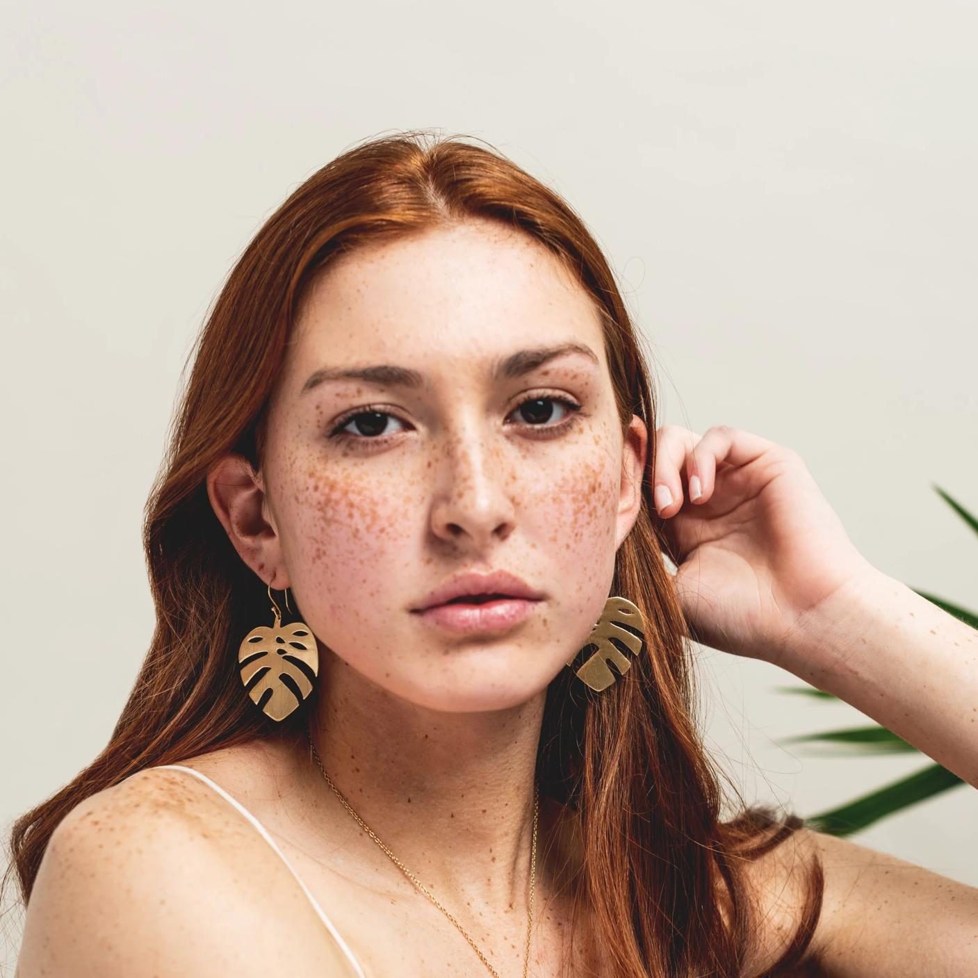 small monstera leaf earrings