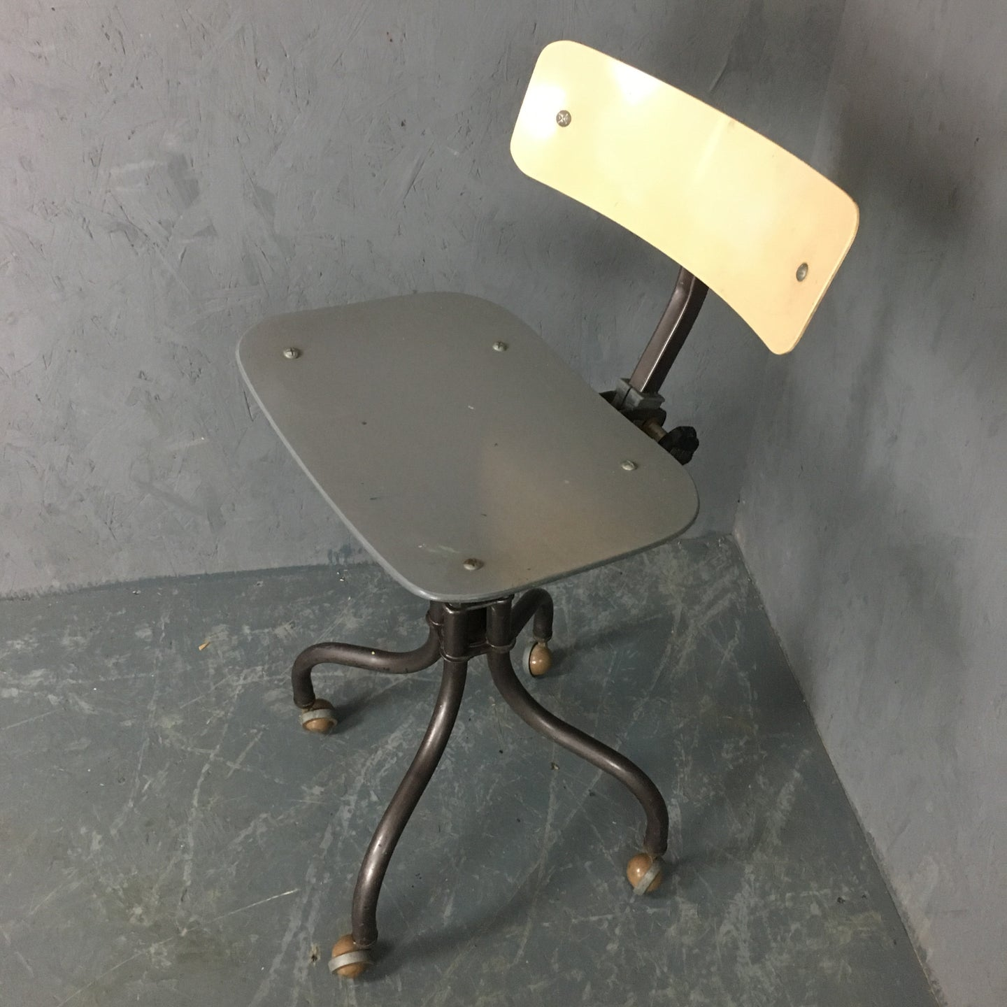 Tan-sad industrial office/machinists chair
