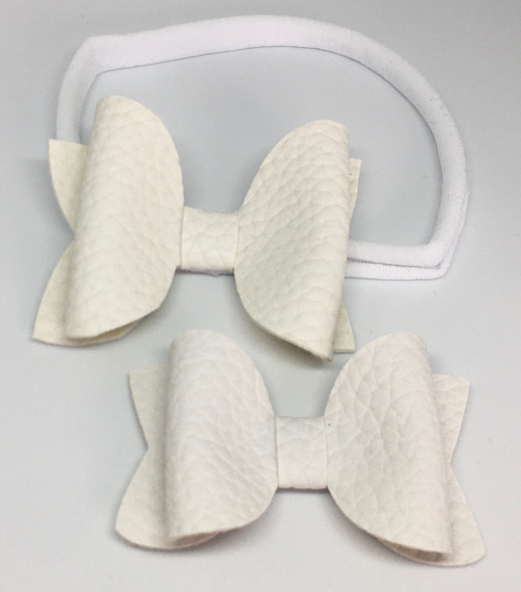 White pebbled bow