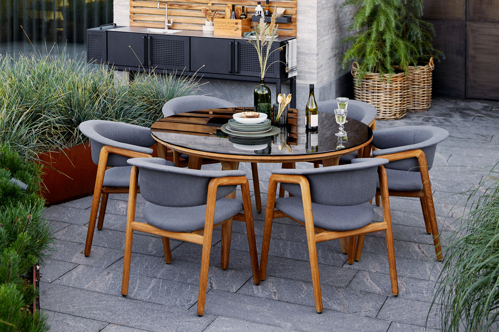 Combine exclusivity and nature in your outdoor space with the Luna dining chairs