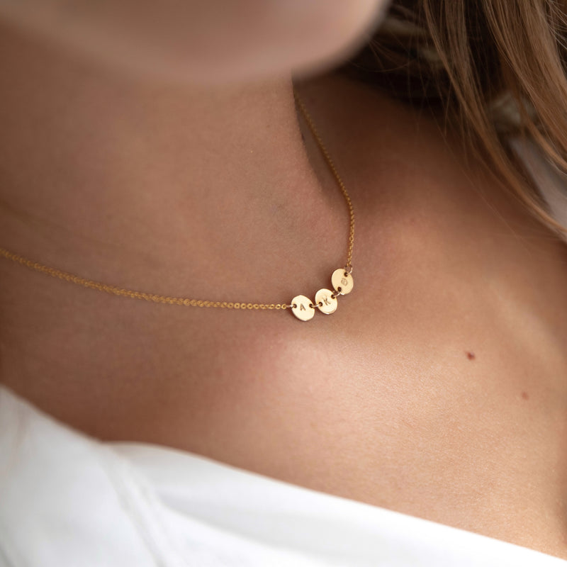 Dainty initial disc necklace SIGNE